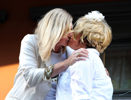 """Det berømte """"kysset""""!  Anne Grete Preus og Else Kåss Furuseth, Hagekonserten 2010. (foto Thomas Olsen/Gaysir)"""