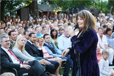 Hagekonserten 2009 med Wenche Myhre på scenen og kronprinsparet i hagen. (foto: SKBO)