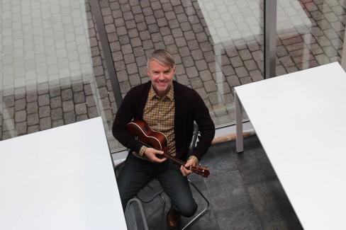 Svein Fuglestad synger og spiller ukulele, autoharpe og loop. – Det er viktig ikke å slutte å leke selv om man har fylt 47.